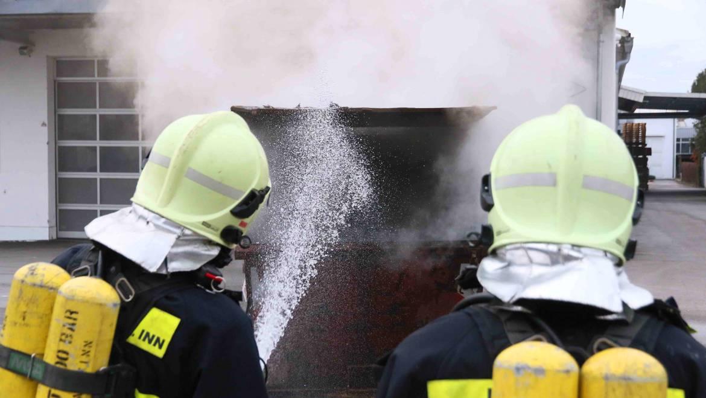Atemschutzgeräteträger bei einem Containerbrand