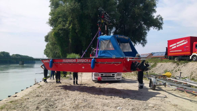Einheben unseres Mehrzweckbootes