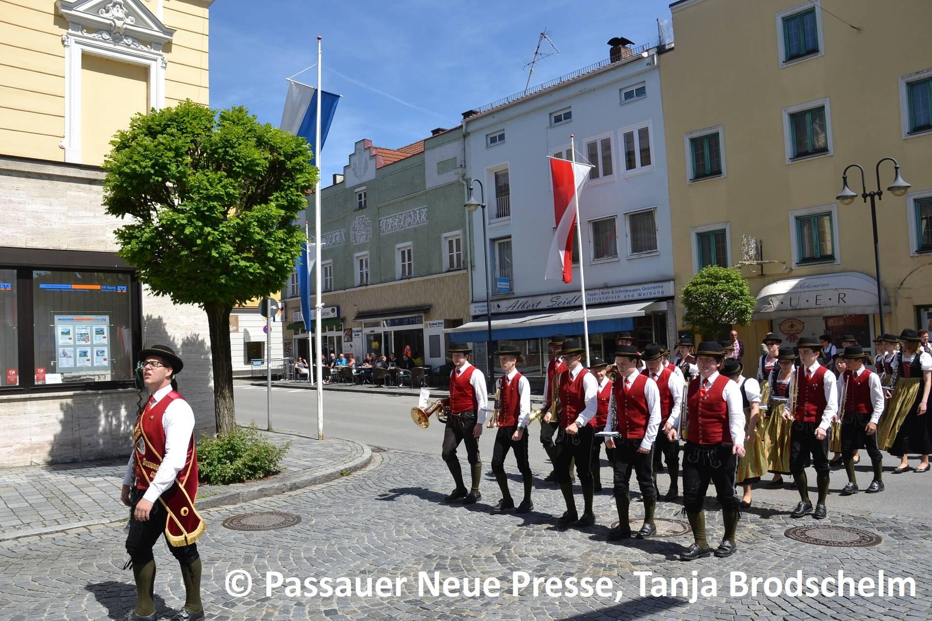 Festzug zum Kirchenplatz (18)