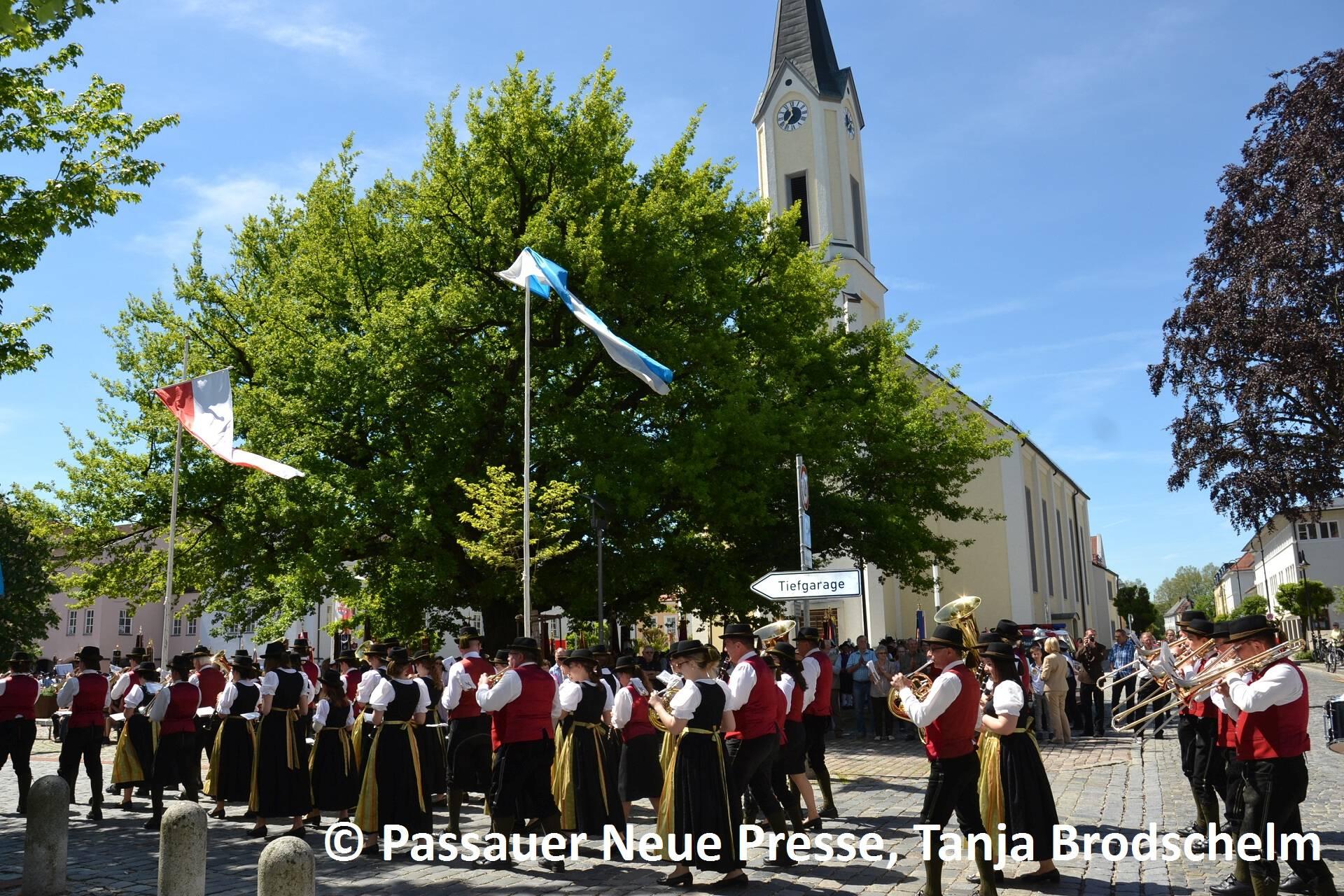 Festzug zum Kirchenplatz (19)