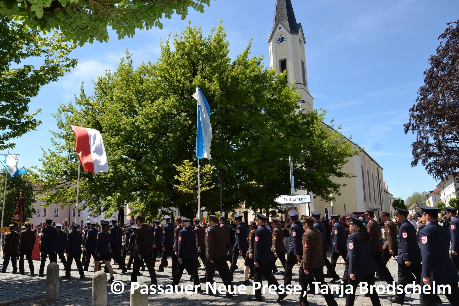 Festzug zum Kirchenplatz (20)