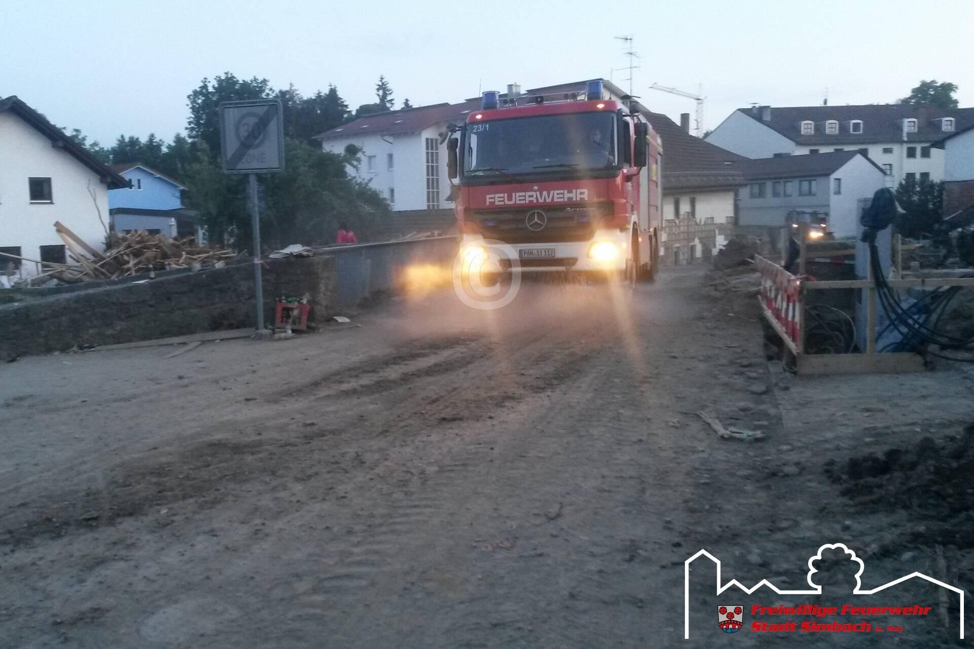 Das Simbacher Tanklöschfahrzeug bei der Straßenreinigung