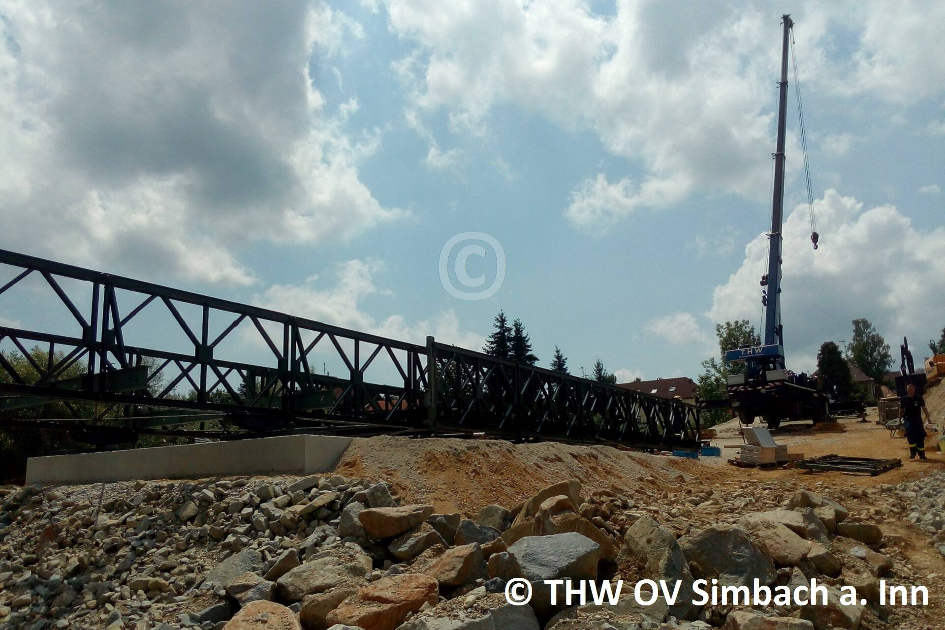 Das THW OV Freising baut eine Behelfsbrücke zum Schulzentrum