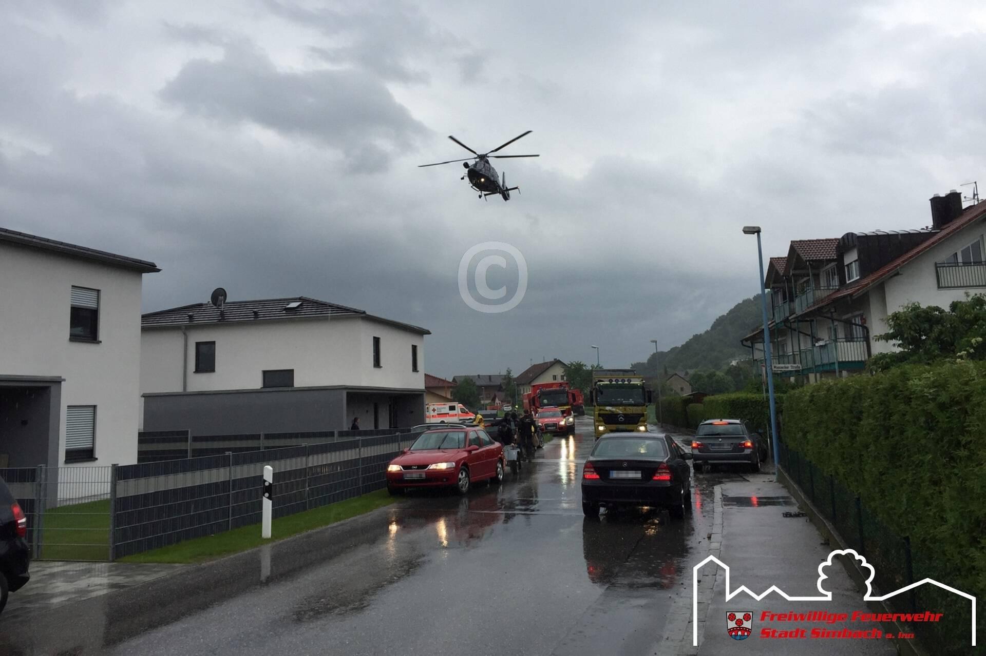 Die Hubschrauber bringen die geretteten Personen zum Simbacher Feuerwehrhaus