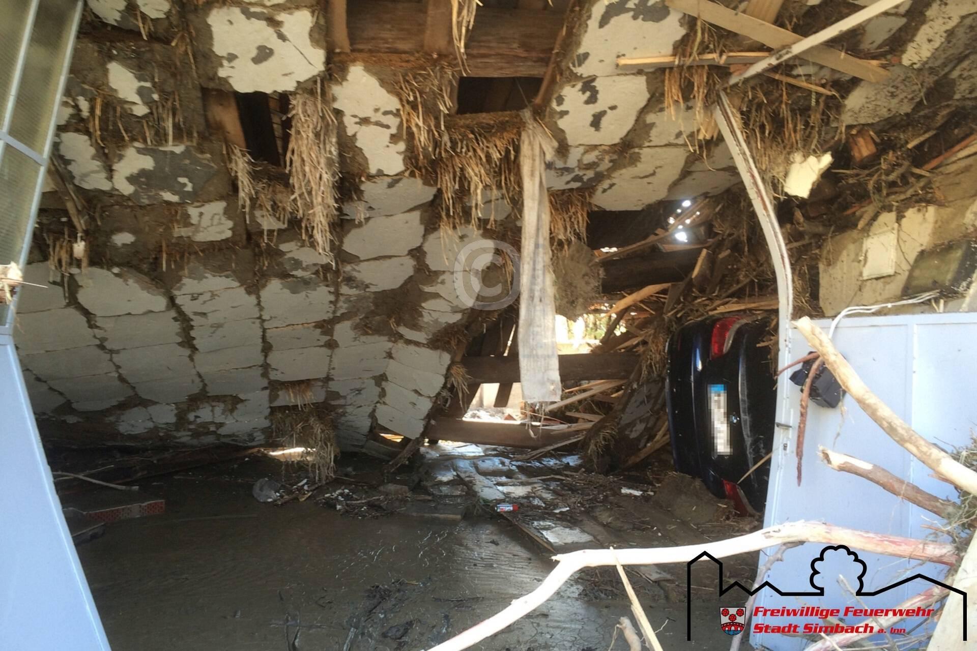 Ein Fahrzeug, das in ein Gebäude gespült wurde