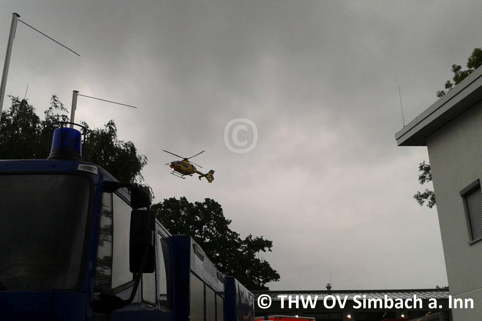 Ein Hubschrauber über dem Simbacher Feuerwehrhaus