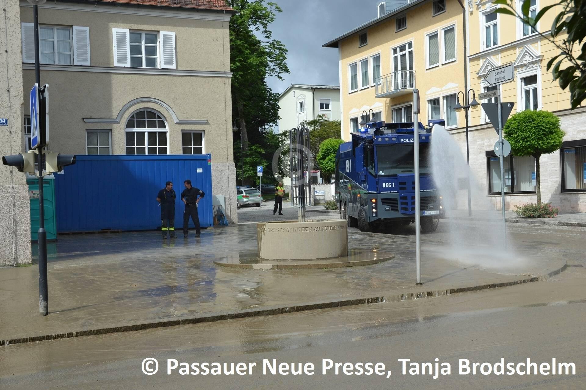 Ein Wasserwerfer der Polizei beim Rathaus