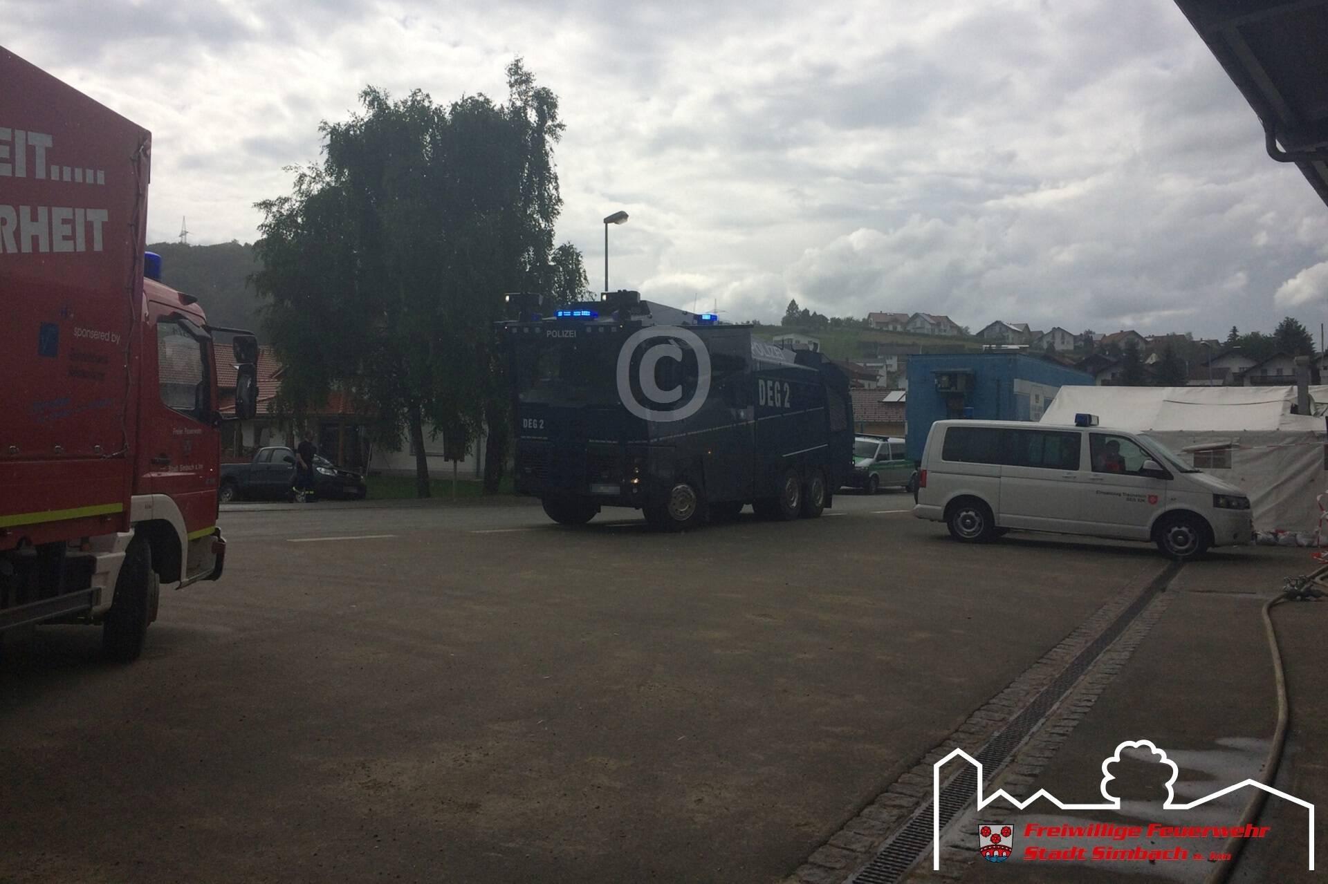 Ein Wasserwerfer der Polizei beim Simbacher Feuerwehrhaus