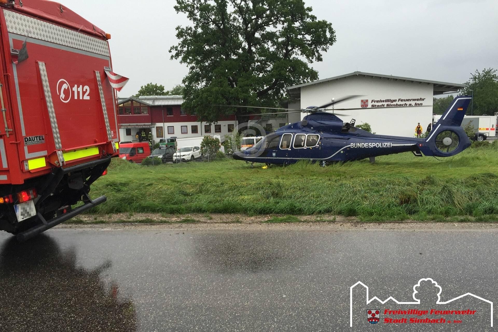 Ein weiterer Hubschrauber bringt die geretteten Personen zum Feuerwehrhaus