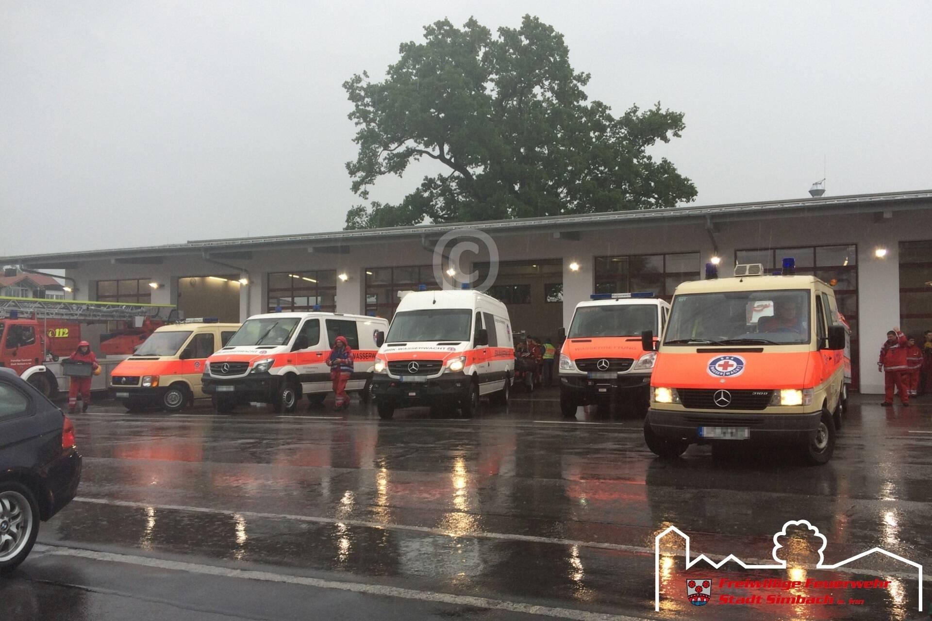 Einsatzfahrzeuge vorm Simbacher Feuerwehrgerätehaus