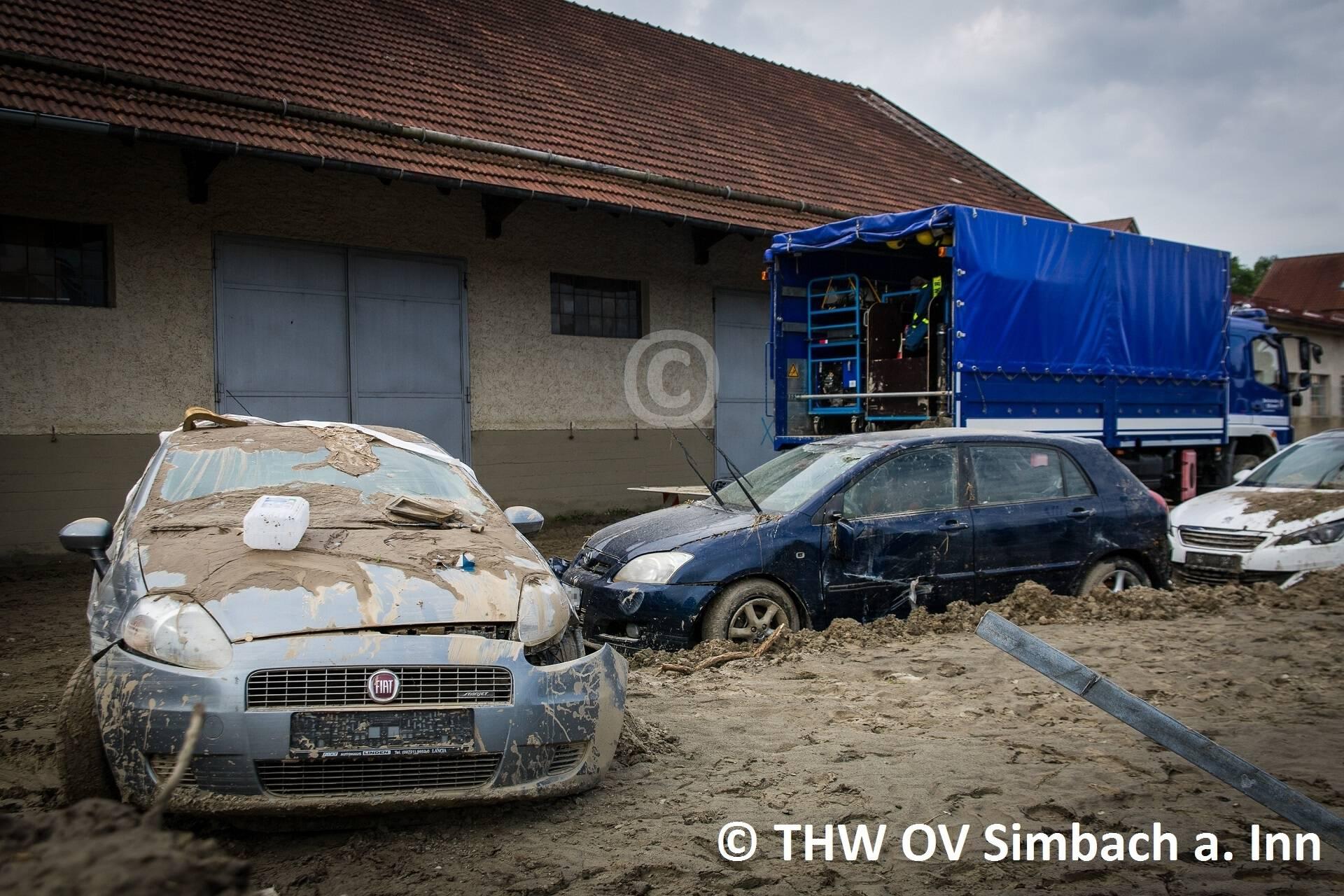 Überflutete Fahrzeuge in der Wilhelm-Dieß-Straße