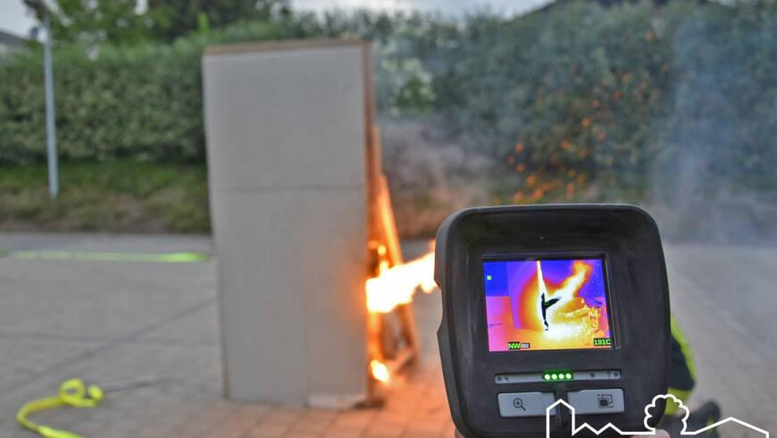 Mit Hammer und Löschlanze gegen das Feuer